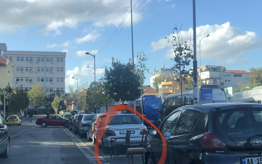 Ja si bllokohen vendet e parkimit ne Tirane